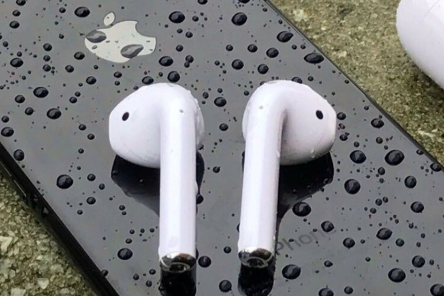 Comparison between AirPods Pro and AirPods: how do they differ?